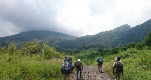 Pendaki menyusuri jalur hiking Guntur