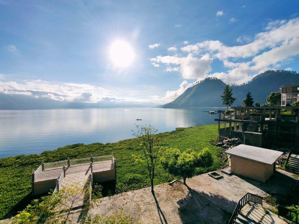 Panorama yang terlihat dari penginapan tepi danau laut tawar