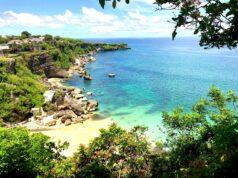 Bentang alam pantai kubu atau jimbaran beach dengan tebing dan kejernihan laut biru