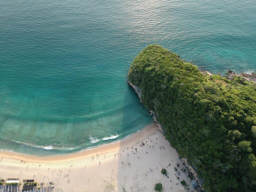 Pantai Lampuuk dan tebingnya