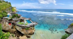 Pemandangan birunya laut dari tepi pantai suluban
