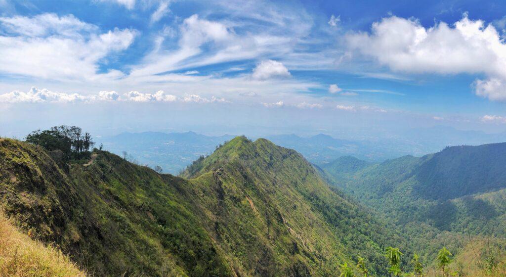 Lekuk Puncak Mega yang menakjubkan terlihat dari Gunung Puntang
