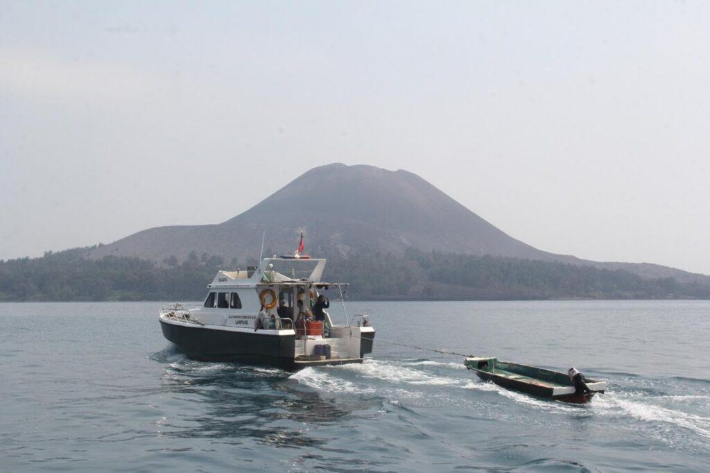 Sebuah kapal boat menyusuri perairan dekat cagar alam