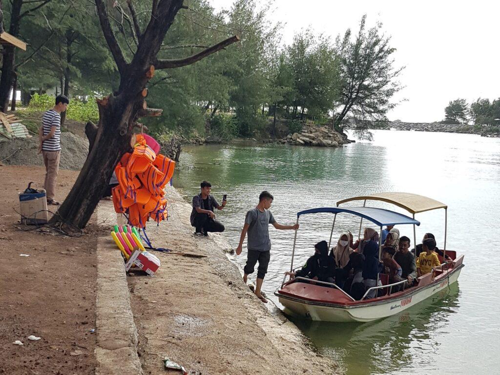 Pengunjung mencoba wahana perahu