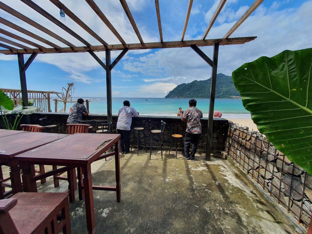 Pemandangan laut dari restoran tepi pantai