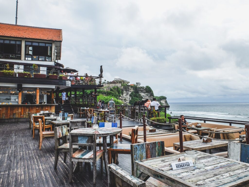 Panorama laut dari Single Fin Bar