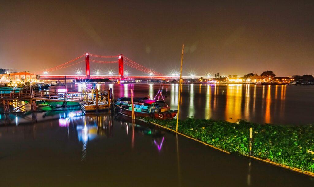 Pemandangan jembatan di malam hari