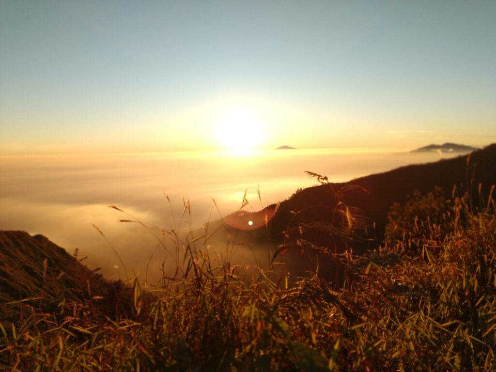 Panorama sunrise dari puncak Gunung Puntang