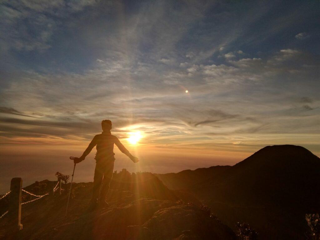 Menyaksikan sunset di puncak