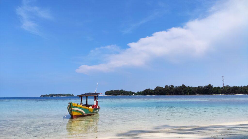 Tenangnya Perairan di Pulau Dolphin