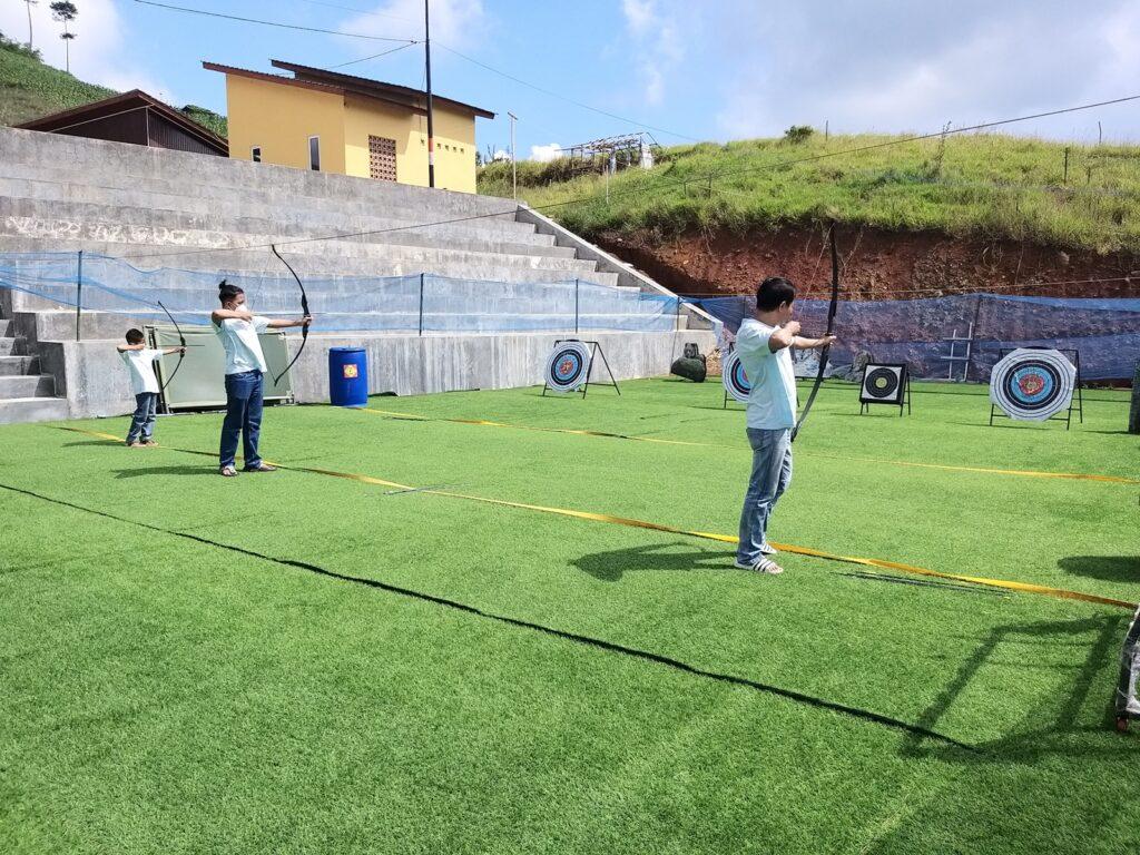 Memanah adalha salah satu aktivitas rekreasi yang dapat dicoba di Cicalengka Dreamland