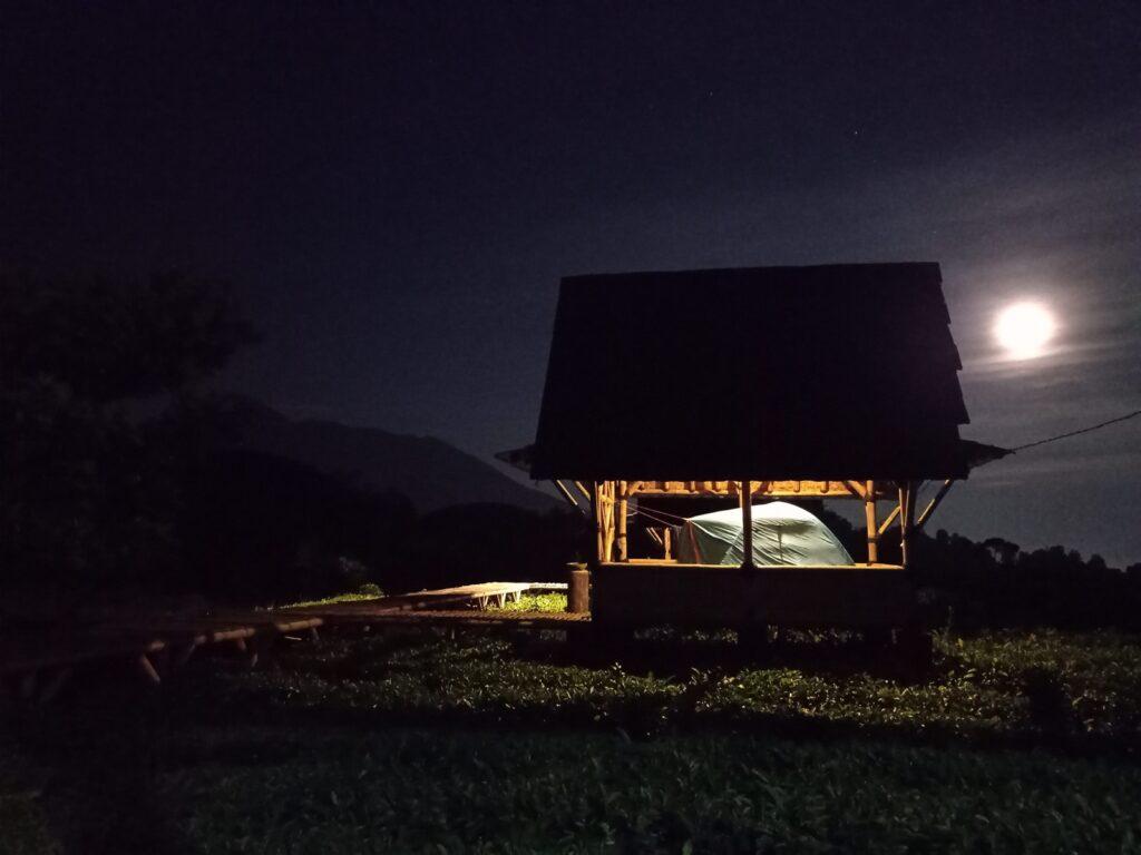 Tenda didirikan di dalam saung di perkebunan teh sekitar telaga saat