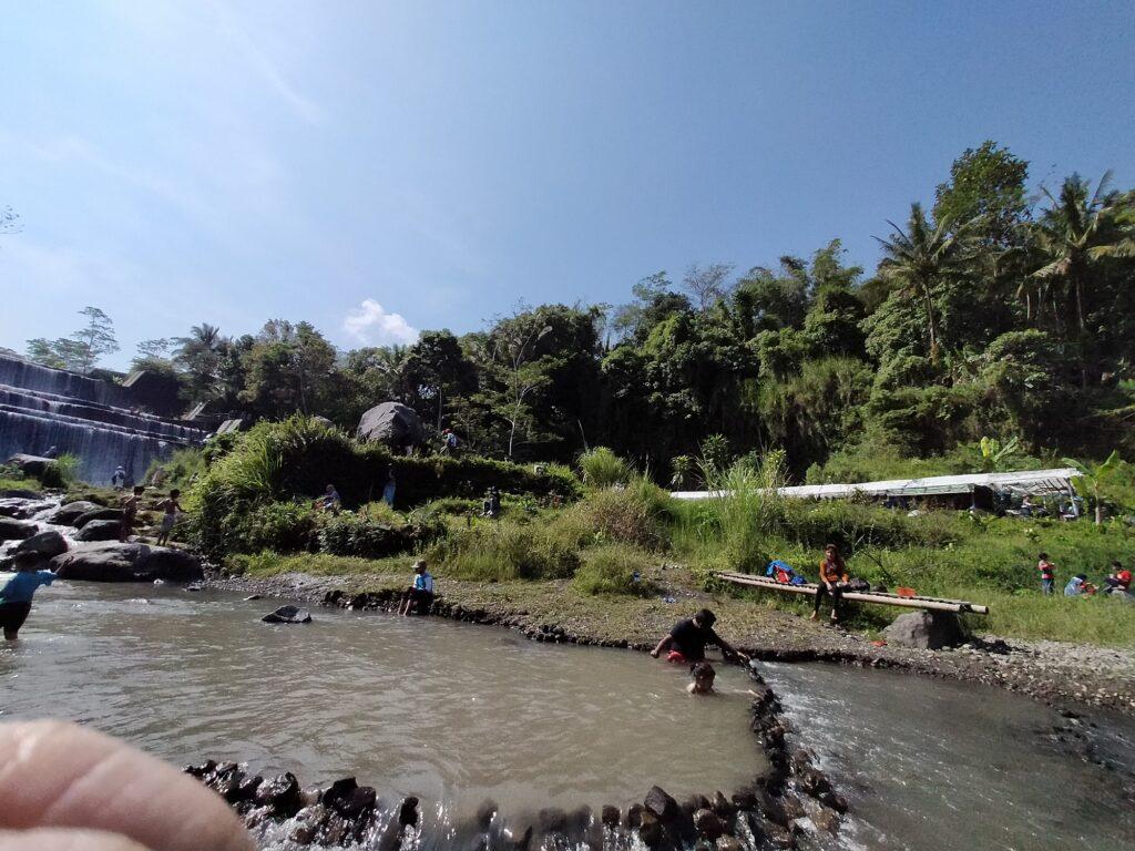 Wisatawan tengah Asyik Menikmati Kesegaran Air Terjun