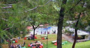 area cafe outdoor dan kolam renang di paradesa park