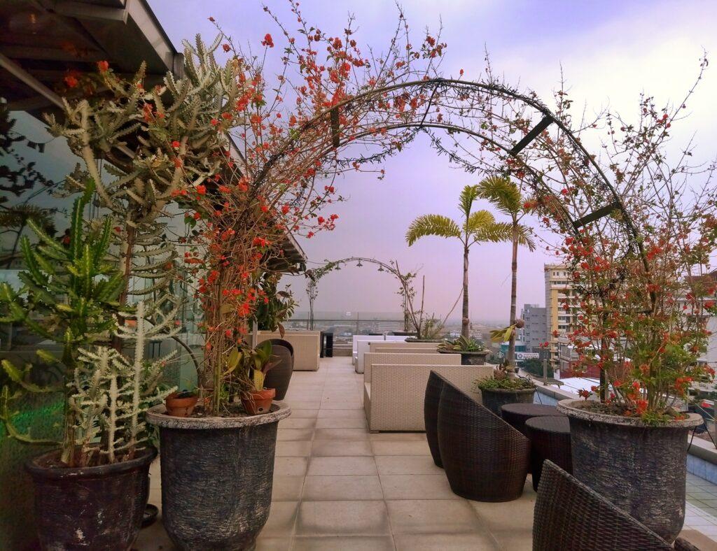 Rangkaian bunga hiasan area rooftop goldstar 360