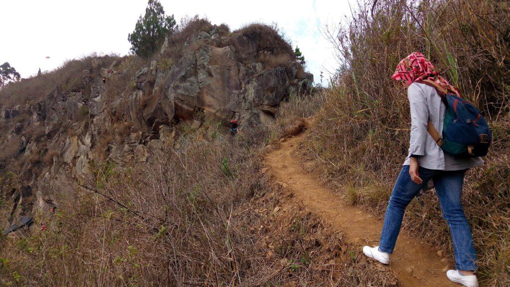 Mendaki Gunung Batu