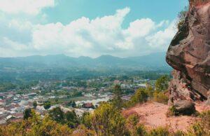 Panorama Sawah dan pemukiman terlihat dari gunung batu