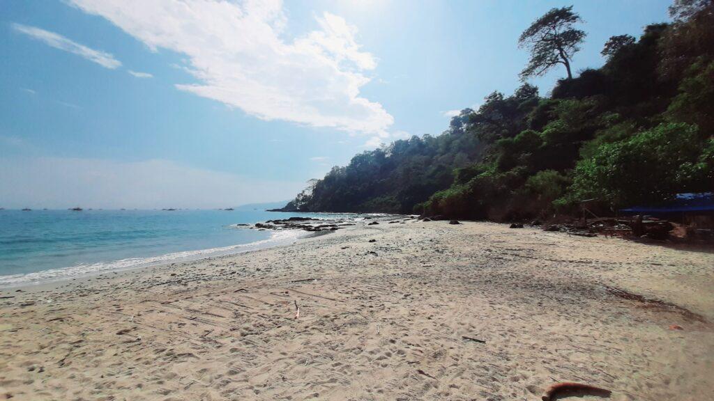 Suasana pantai di Pulau Kunti