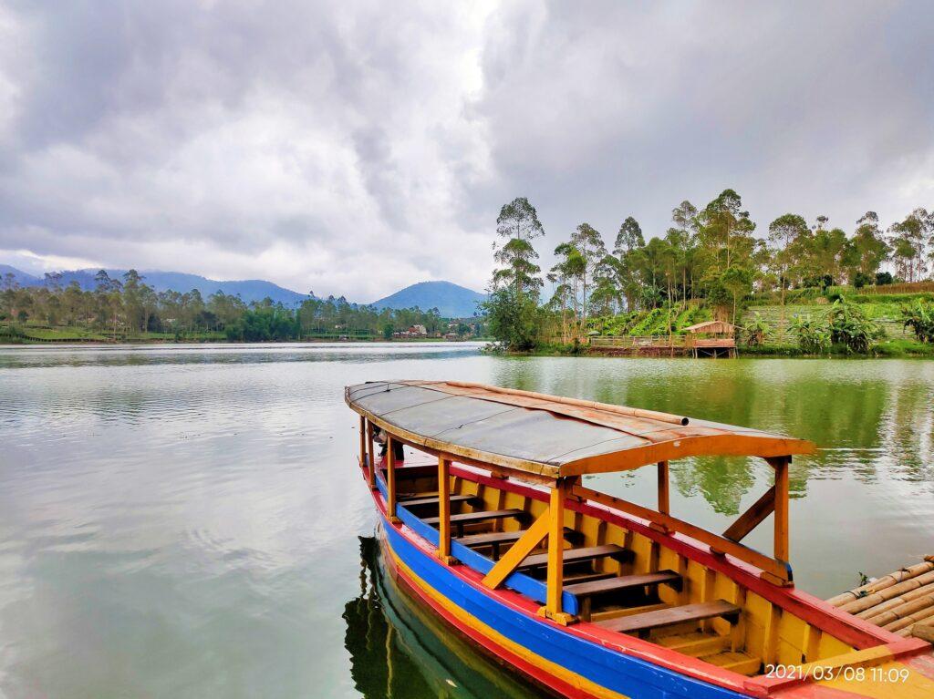 Perahu yang Siap Mengitari Danau