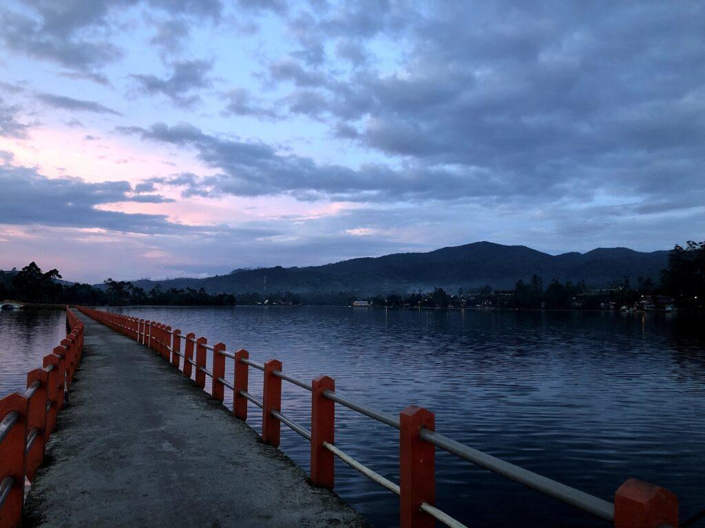 Senja di Jembatan Cinta
