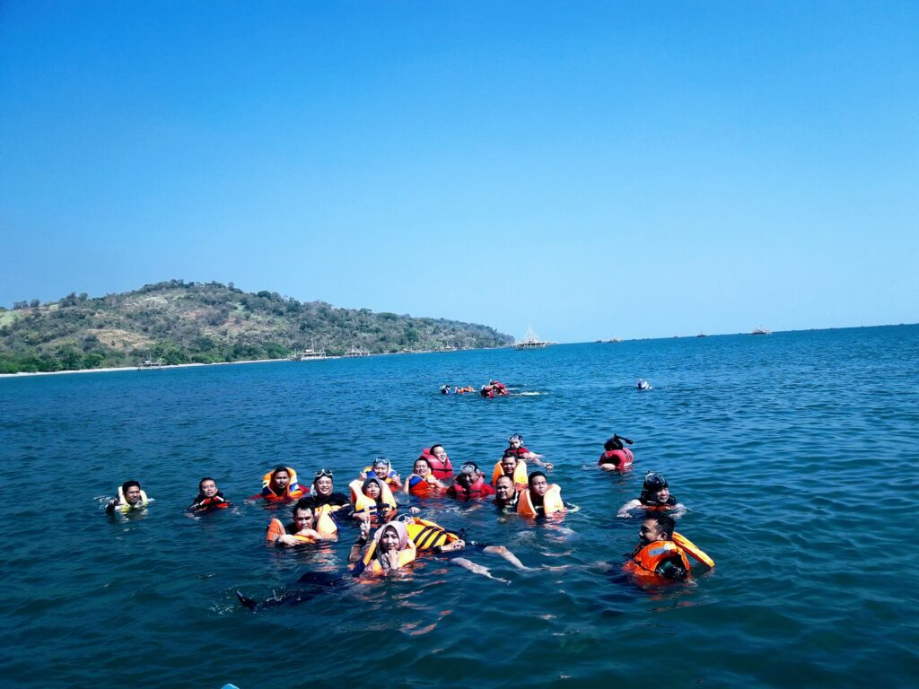 Pengunjung menikmati snorkeling