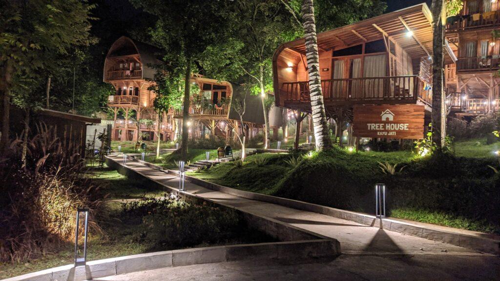Tipe akomodasi Tree House Bungalow di Sparks Forest Sukabumi