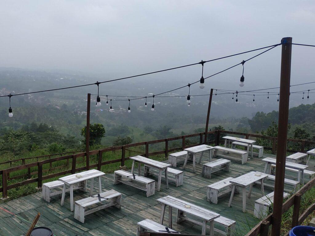 Suasana ketika udara berkabut di Taman Fathan Alesano