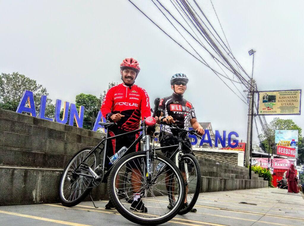 Bersepeda di Alun-Alun Lembang