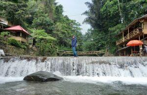 Berpose di bendungan sungai
