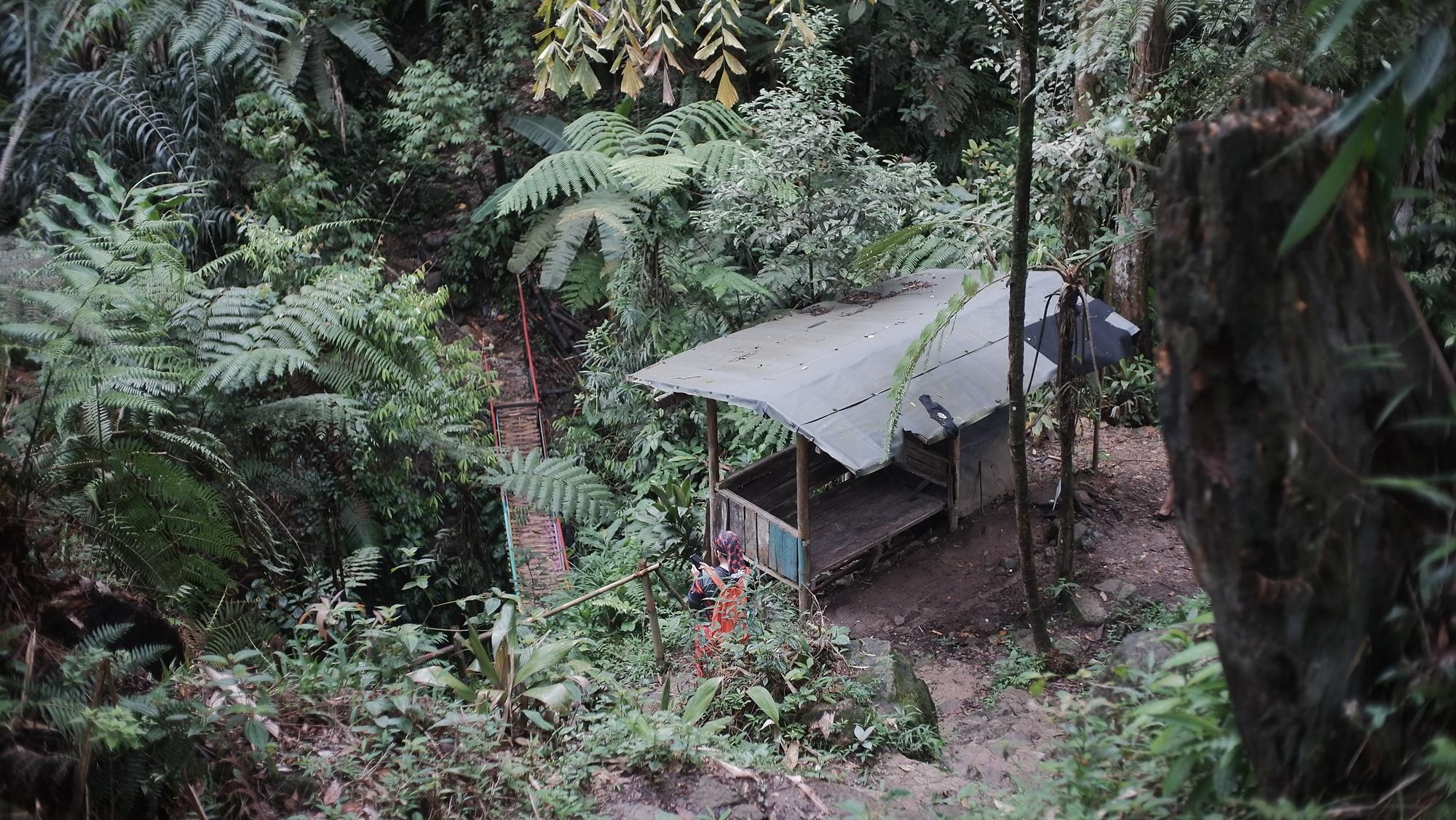Warung dan shelter di rute menuju curug
