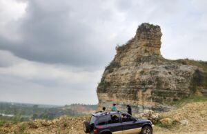 Batu Jempol di atas bukit Gunung Kapur Klapanunggal