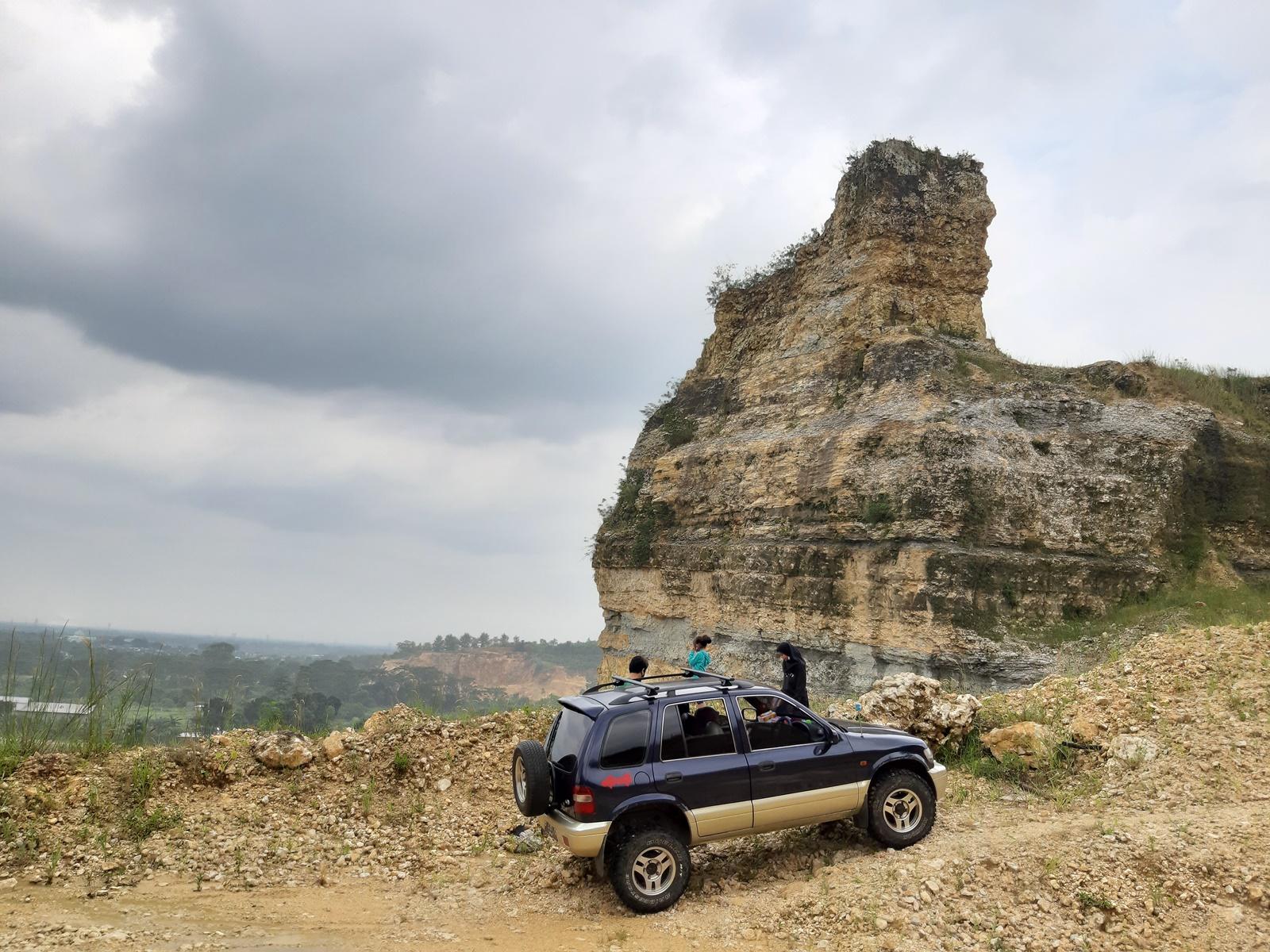 Batu Jempol di atas bukit