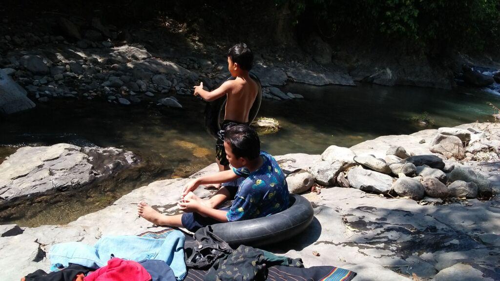 Berenang dan Bermain Seru di Sungai
