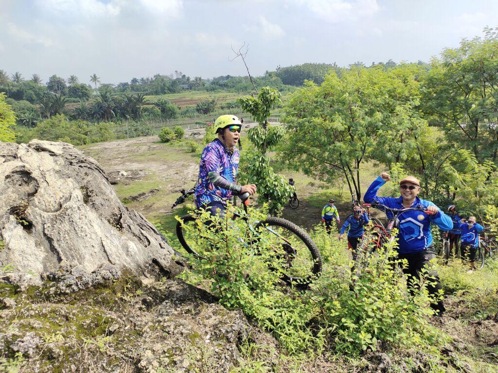 Bersepeda Di Wisata Gunung Peyek Bogor