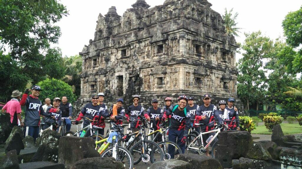 Komunitas Sepeda di Candi Sari Yogyakarta
