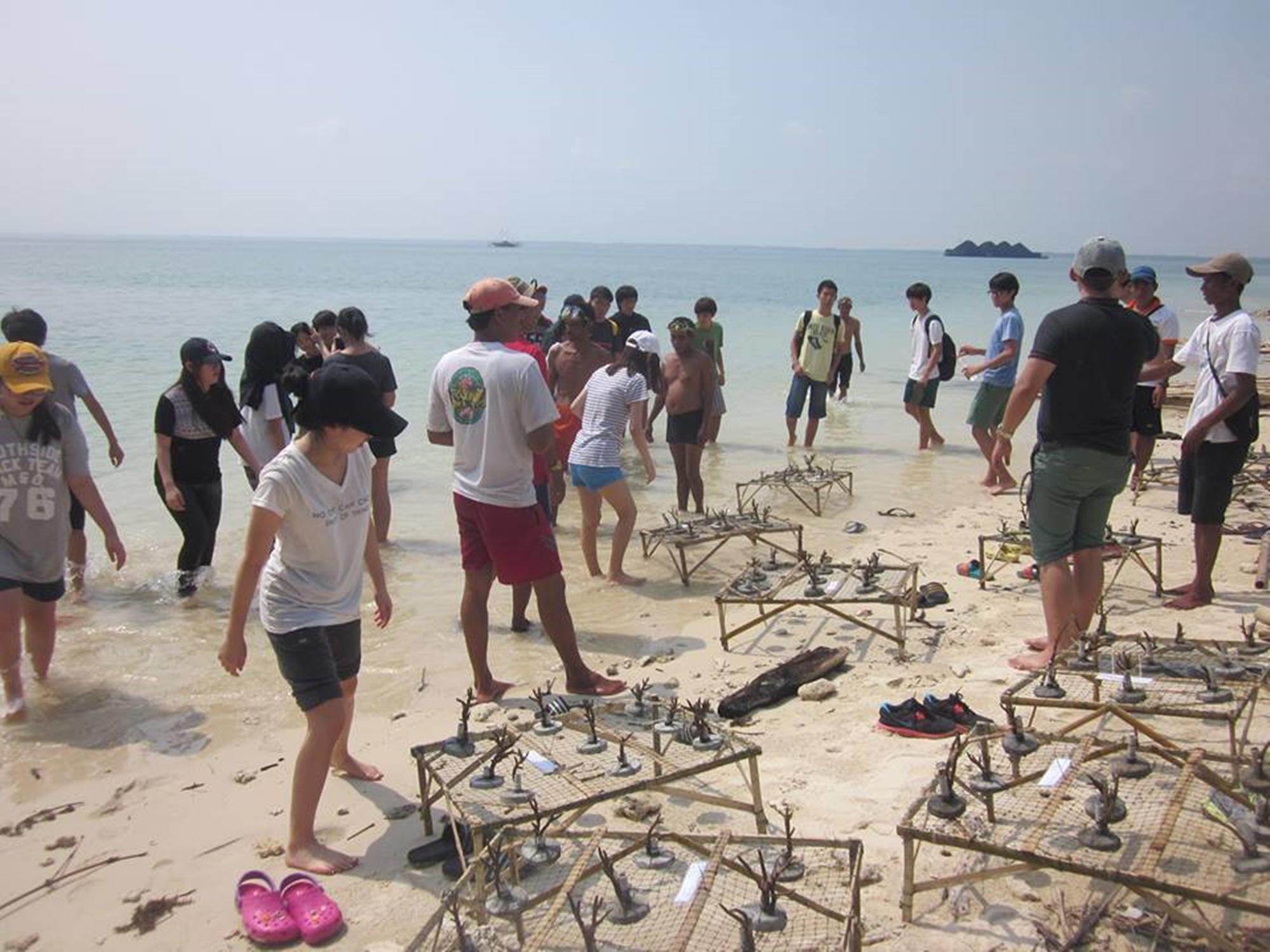Wisatawan diberi pengarahan mengenai transplantasi terumbu karang