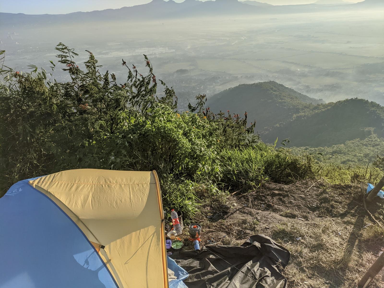 Berkemah di puncak Gunung Geulis