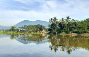 suasana di Situ Cangkuang berlatar gunung