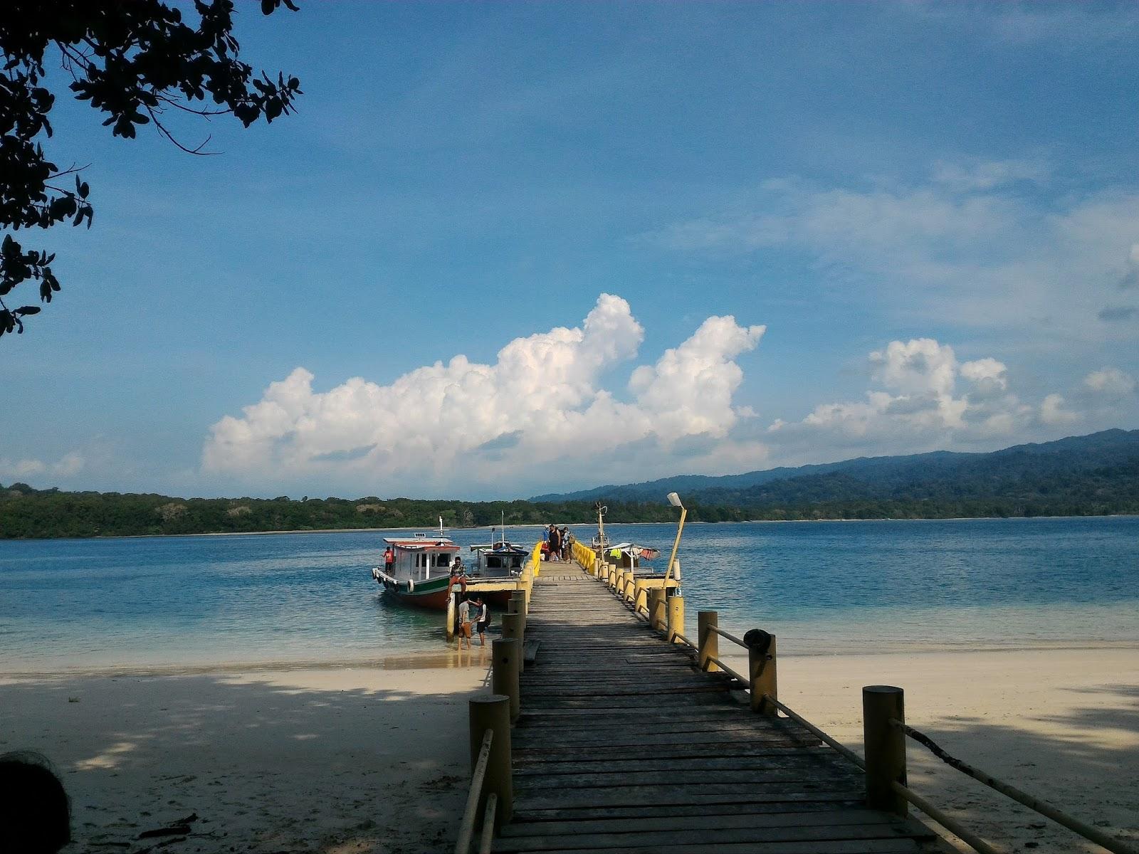 Kapal merapat di dermaga Pulau Peucang