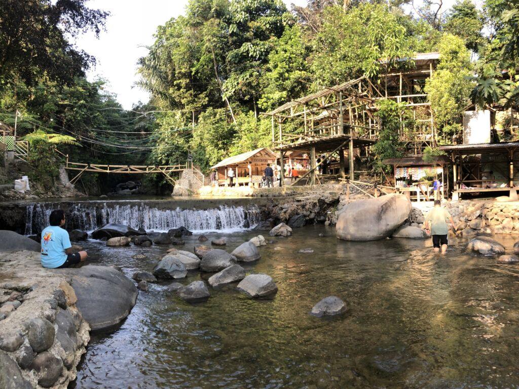 fasilitas penginapan, area makan di tepi sungai curug leuwi asih