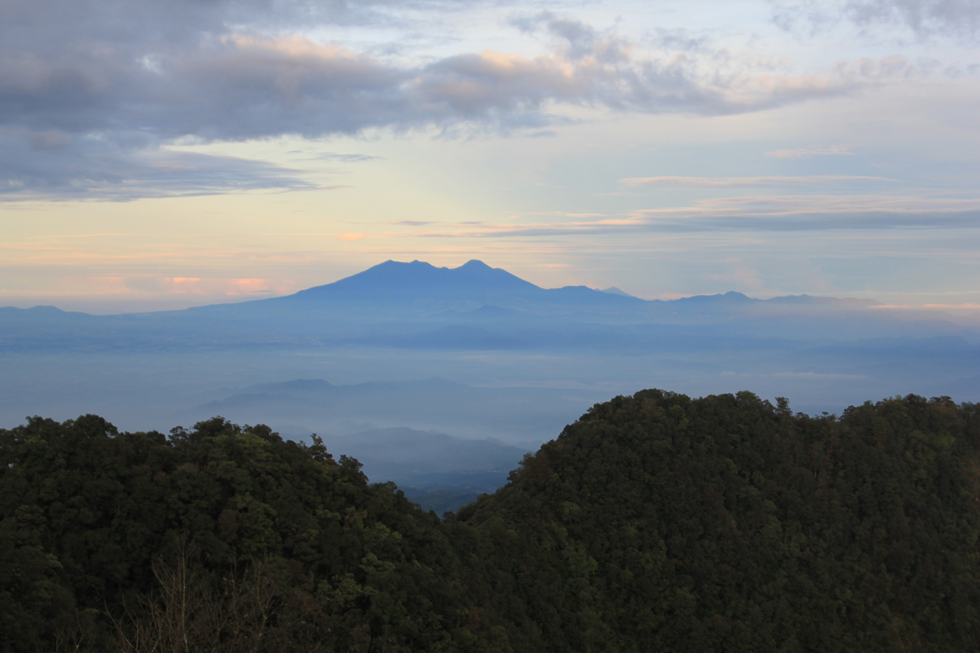 Siluet Pemandangan Gunung Tangkuban Perahu dari Gunung Burangrang
