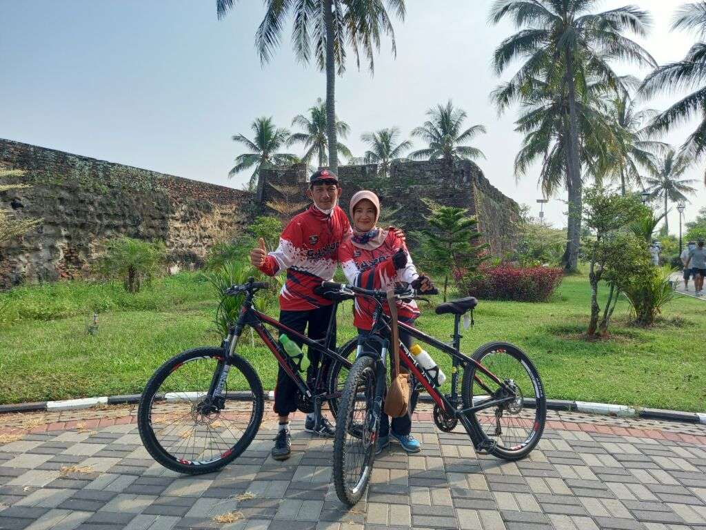 Pengunjung sedang melakukan kegiatan bersepeda di sekitar benteng