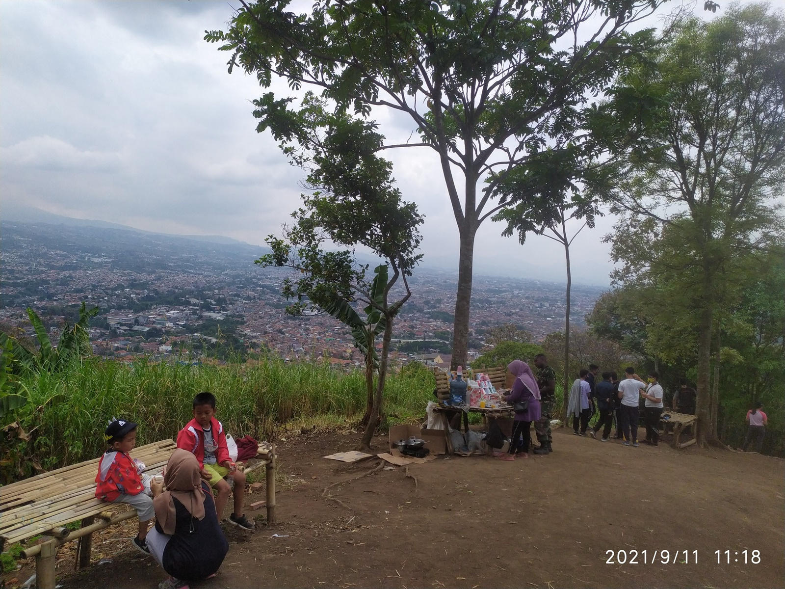 Pengunjung bersantai di puncak Gunung Bohong