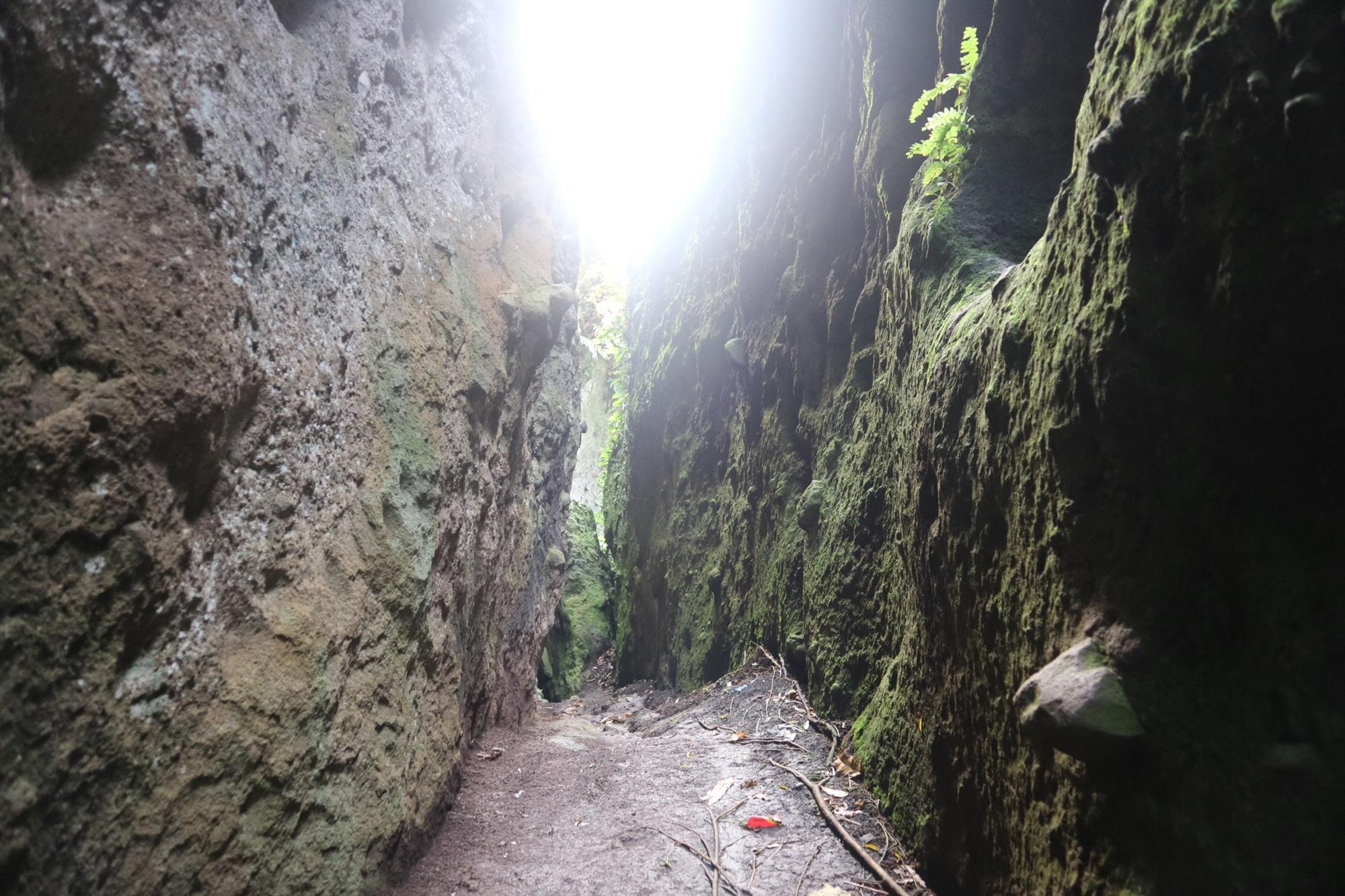 Jalan yang dihimpit batu raksasa