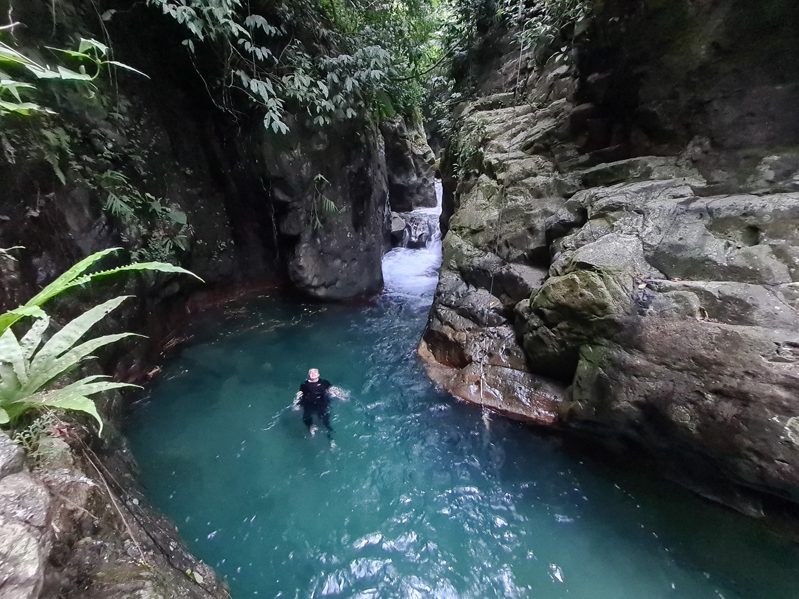 pengunjung berenang di Leuwi Lieuk