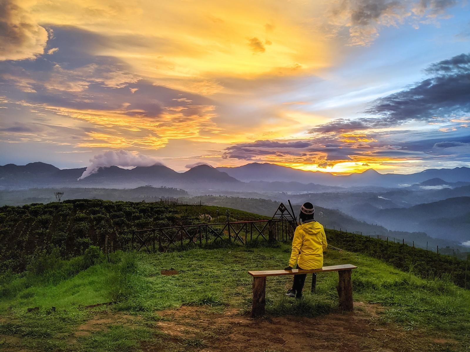 Pengunjung duduk menikmati sunrise