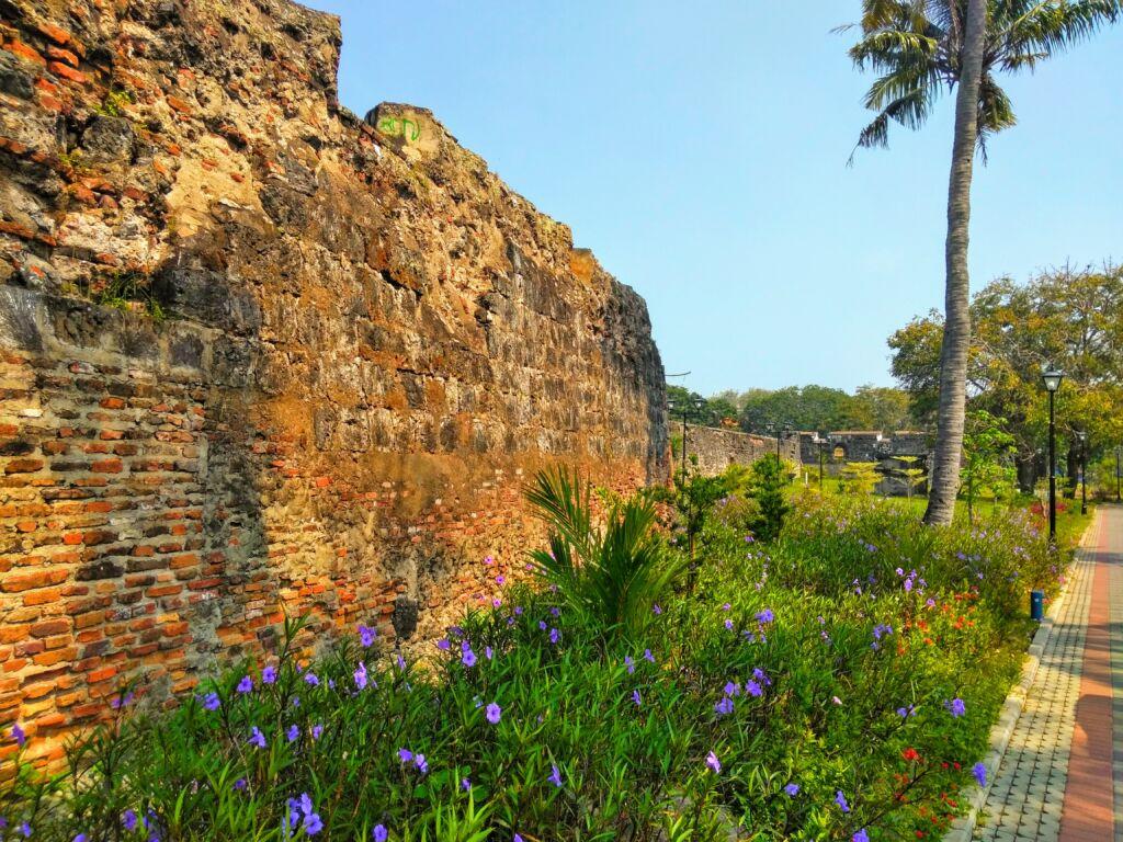 Tembok benteng yang mulai usang