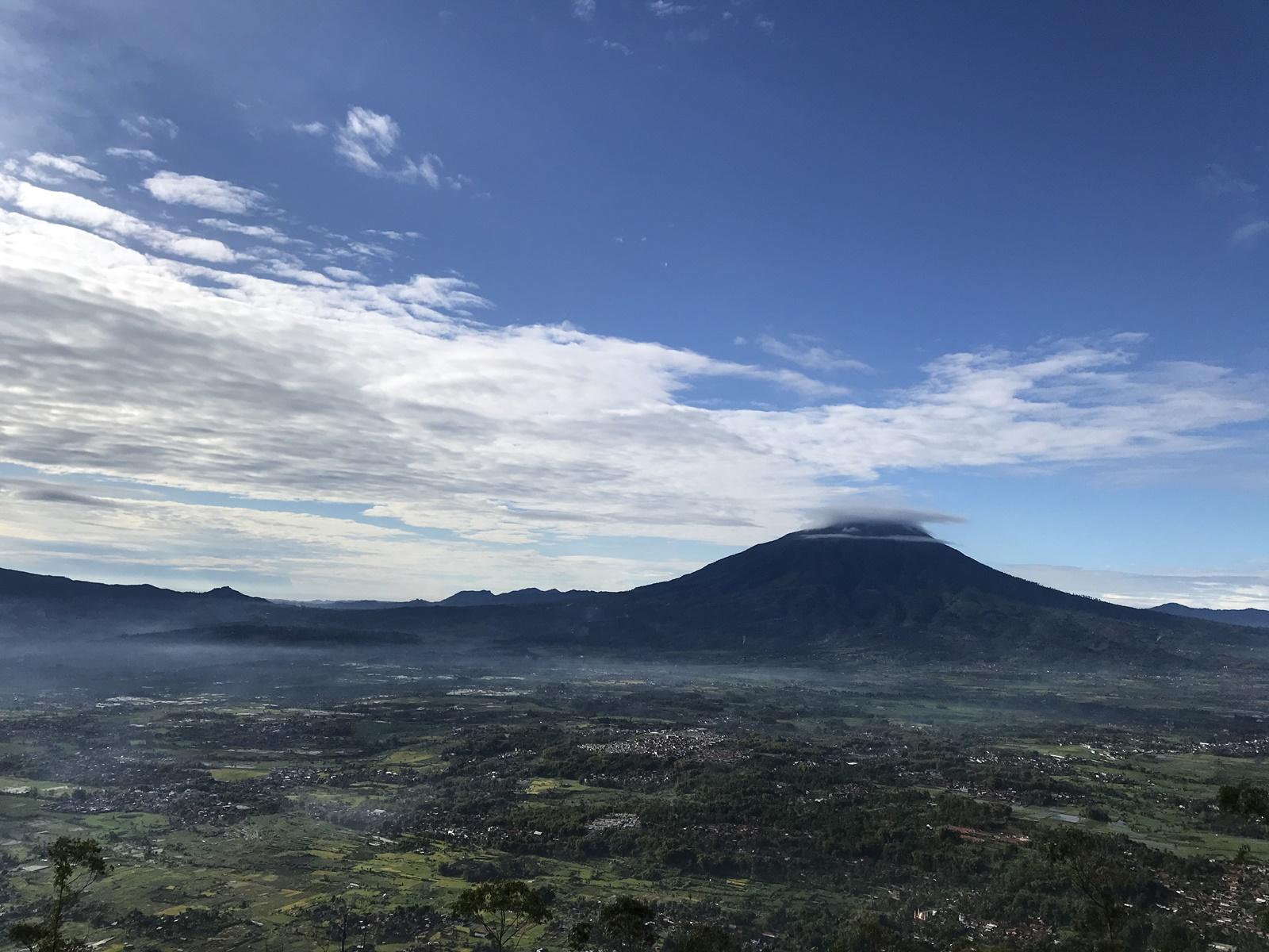 Pemandangan dari puncak ciparay dari Gunung Putri Garut