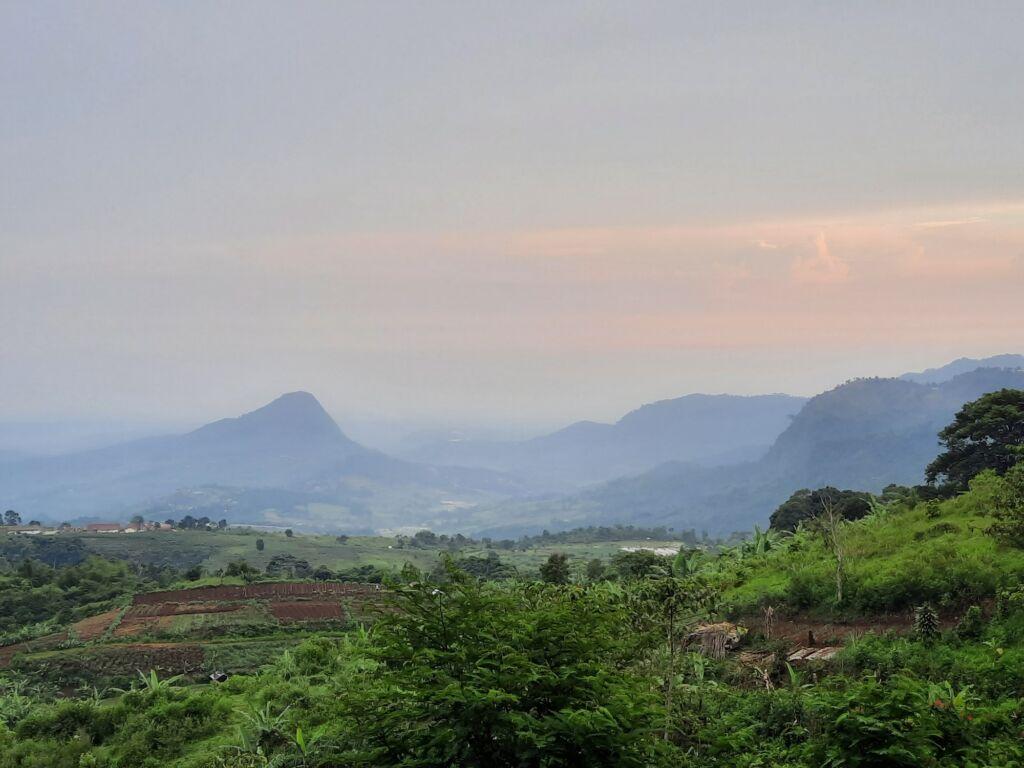 Pemandangan Indah dari Puncak Gunung