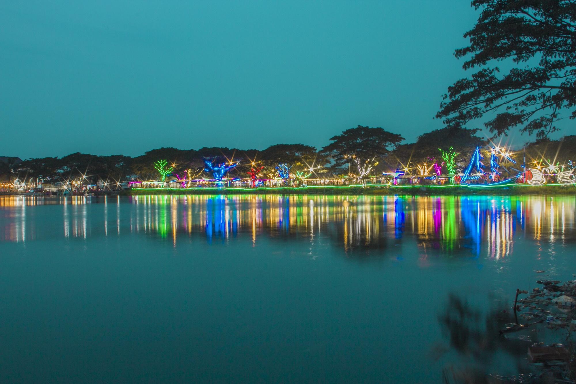 Meriahnya Rainbow Lake pada malam hari